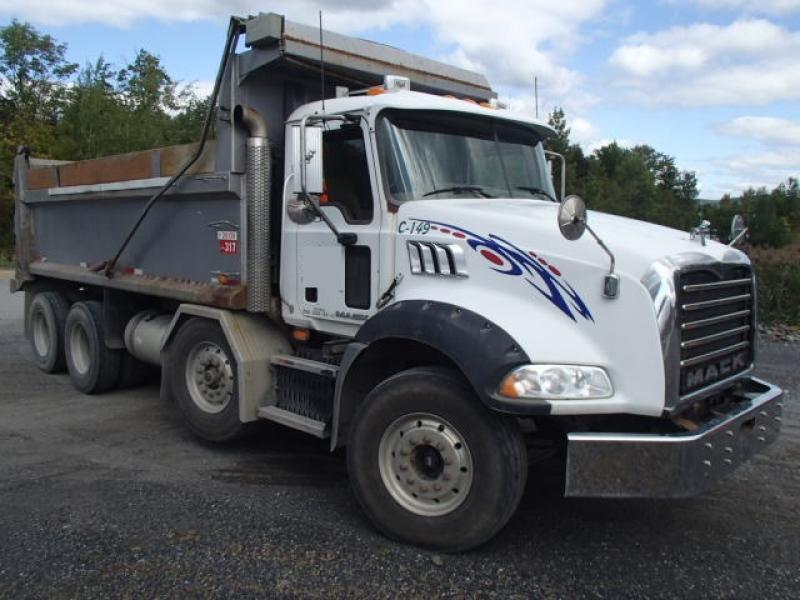 Camion dompeur 12 roues Mack GU813 2010 En Vente chez EquipMtl