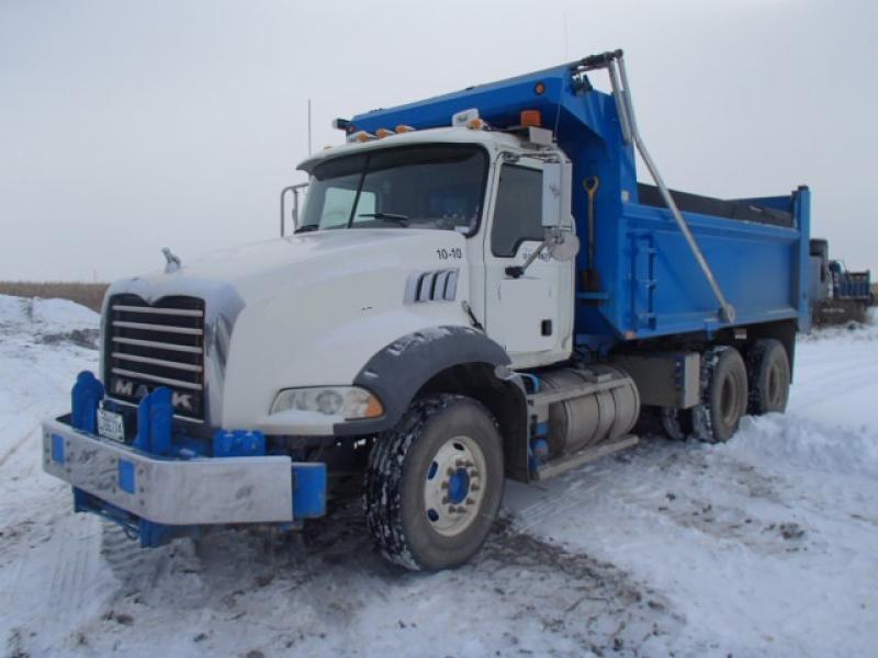 Camion dompeur 10 roues Mack GU813 2009 En Vente chez EquipMtl